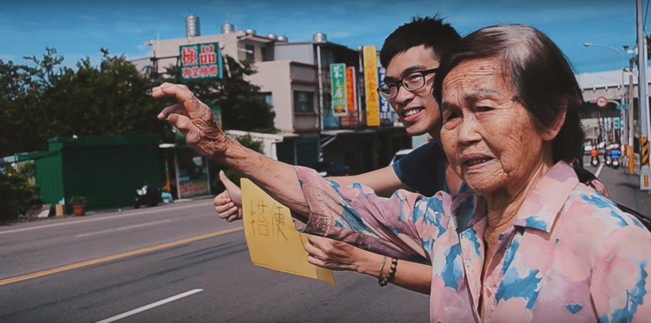 峨眉返鄉青年徐健智和在地的阿婆一起搭便車,並將過程拍成紀錄片來分享此理念。 圖/...