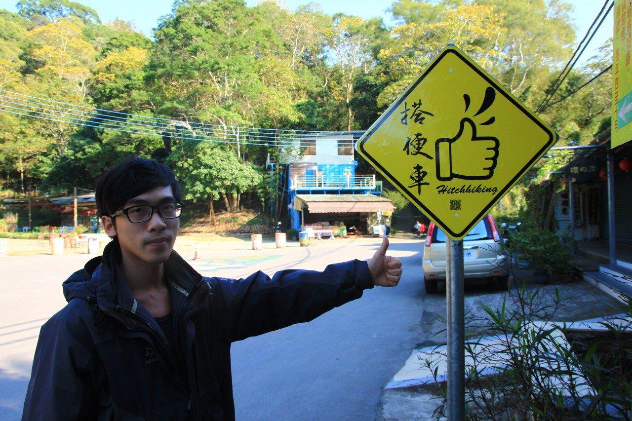 峨眉返鄉青年徐健智今年在當地發起「搭便車」,在社區設置站牌。 記者郭政芬/攝影
