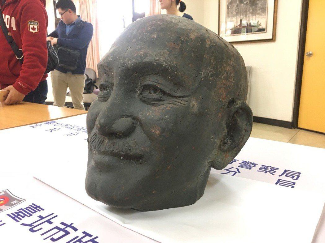 警方尋獲蔣中正銅像頭顱。記者林孟潔/攝影