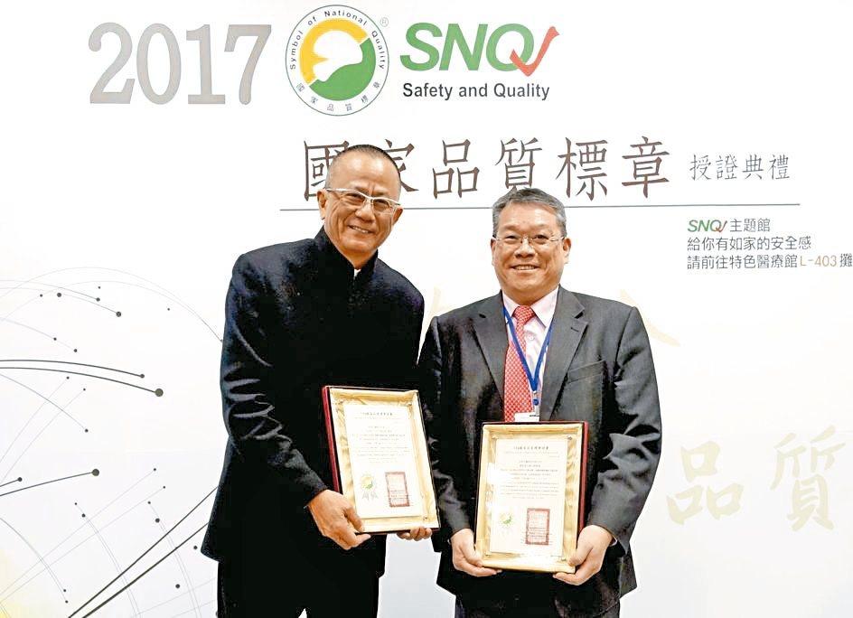 亞果生醫董事長王祿誾(左)與執行長謝達仁合影。 亞果生醫/提供