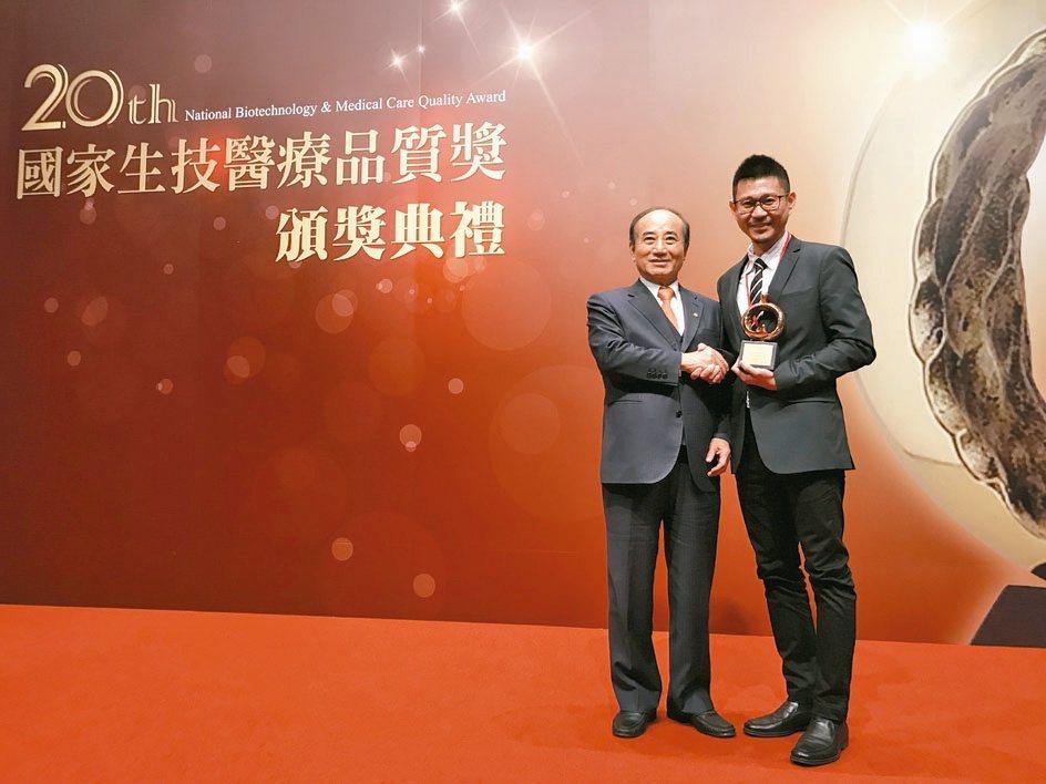 格瑞生醫總經理陳聖文(右)與生策會創辦人王金平合影。 格瑞生醫/提供