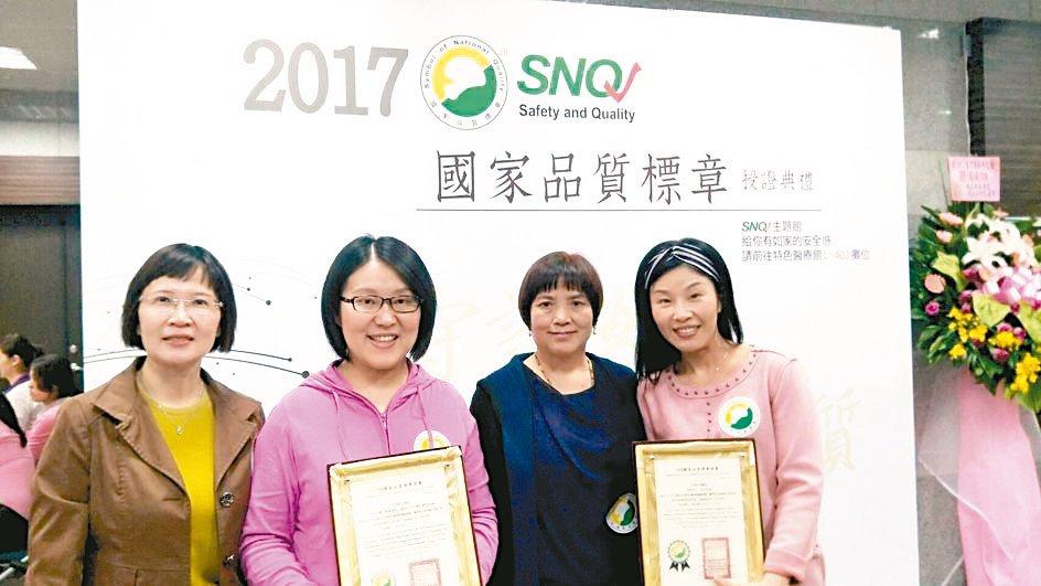 亞東醫院照護團隊獲SNQ國家品質標章合影。 亞東醫院/提供