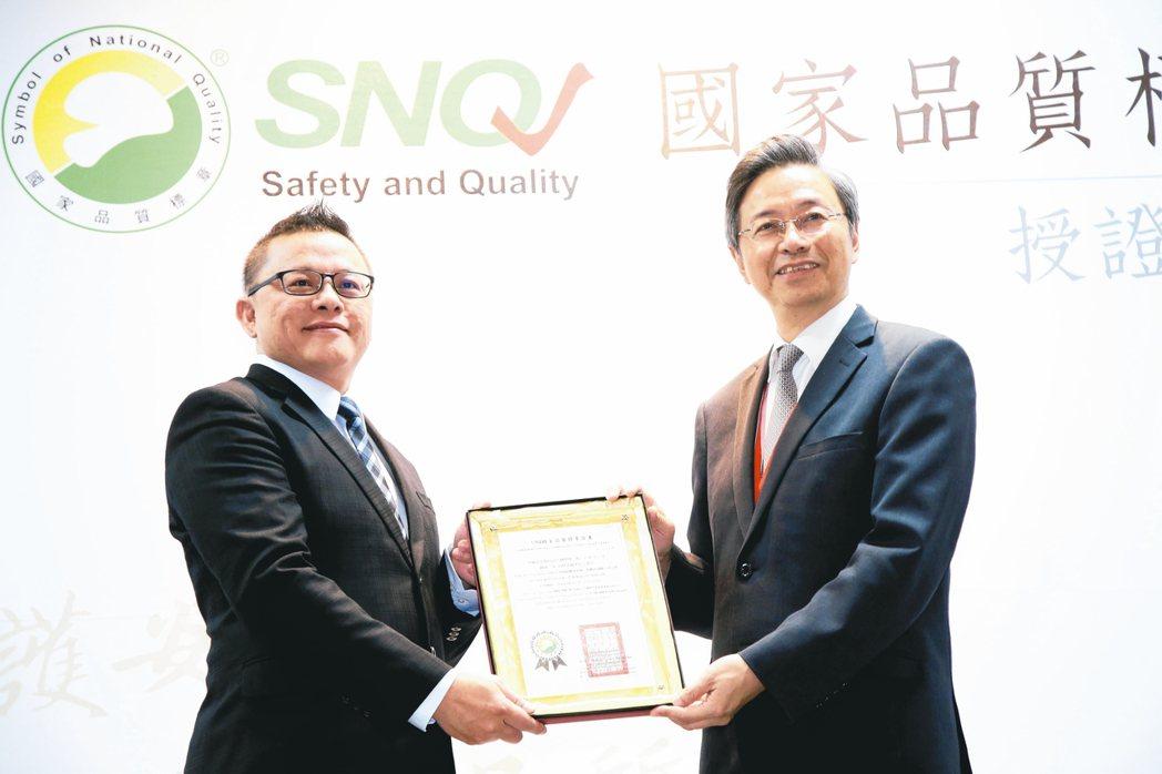 生策會會長張善政(右)頒發SNQ國家品質標章證書給NHT Global東南亞業務...