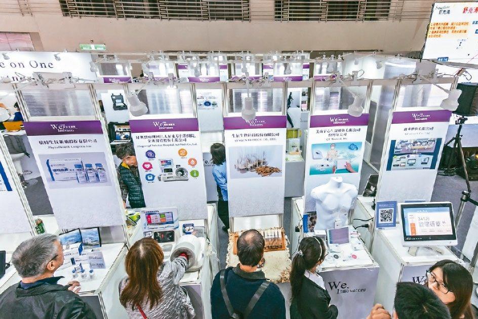國家新創獎今年嘗試結合第一屆台灣醫療科技展展示,成功吸引專業人士前來洽商。 生策...