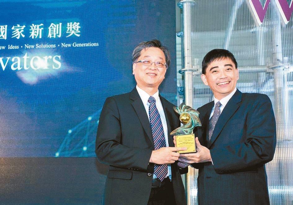 欣耀生醫董事長朱凱民(左)受獎。 欣藥生醫/提供