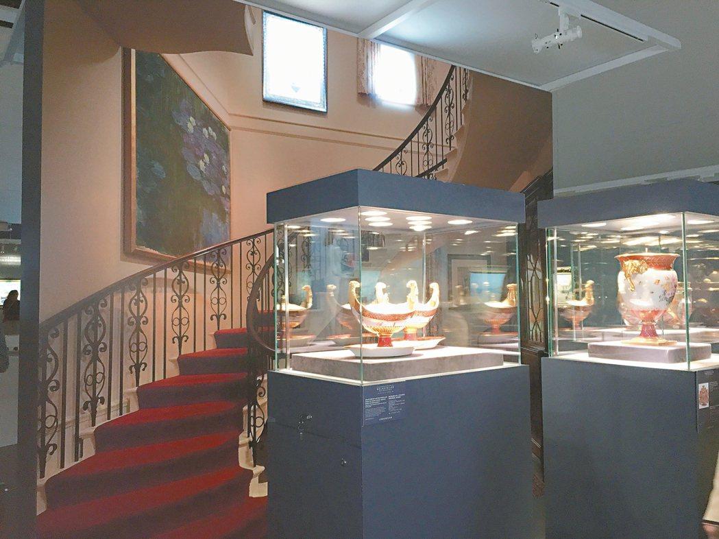 洛克斐勒家族收藏預展,展場特別將洛克斐勒家一面牆當作背景。 圖/王惠琳