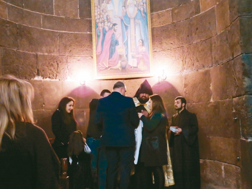 亞美尼亞人在教堂為嬰兒受洗。 圖/王麗美
