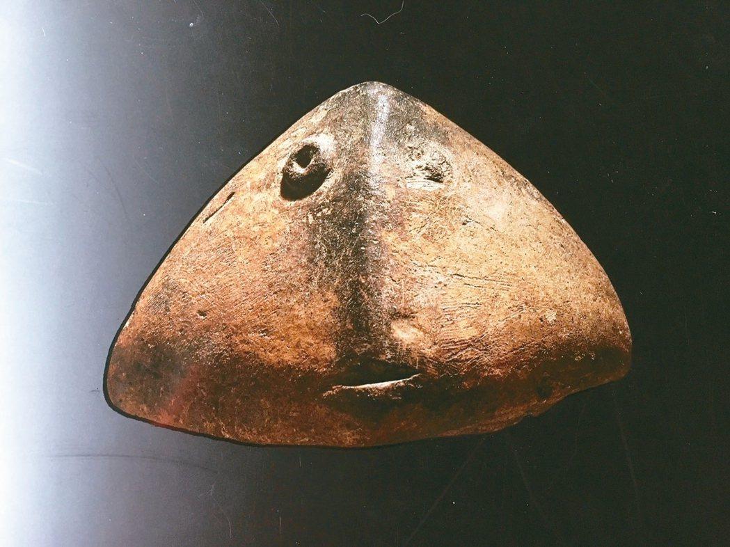 史前文明的心形人臉陶器,造形既古樸又現代。 圖/王麗美
