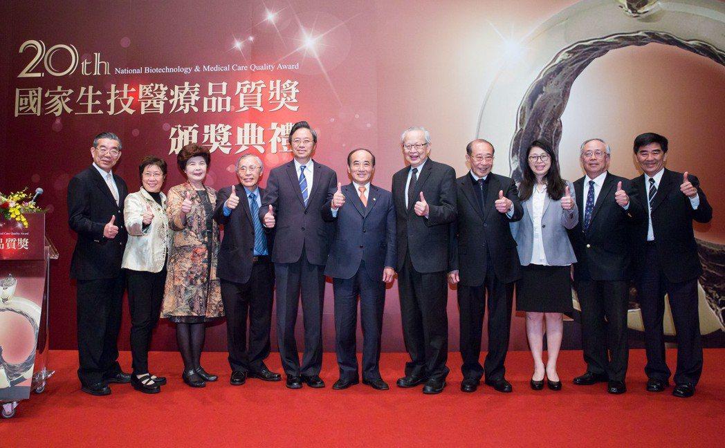 頒獎典禮的國家生技醫療品質獎由創辦人王金平(中)、會長張善政(左五)及衛福部主秘...