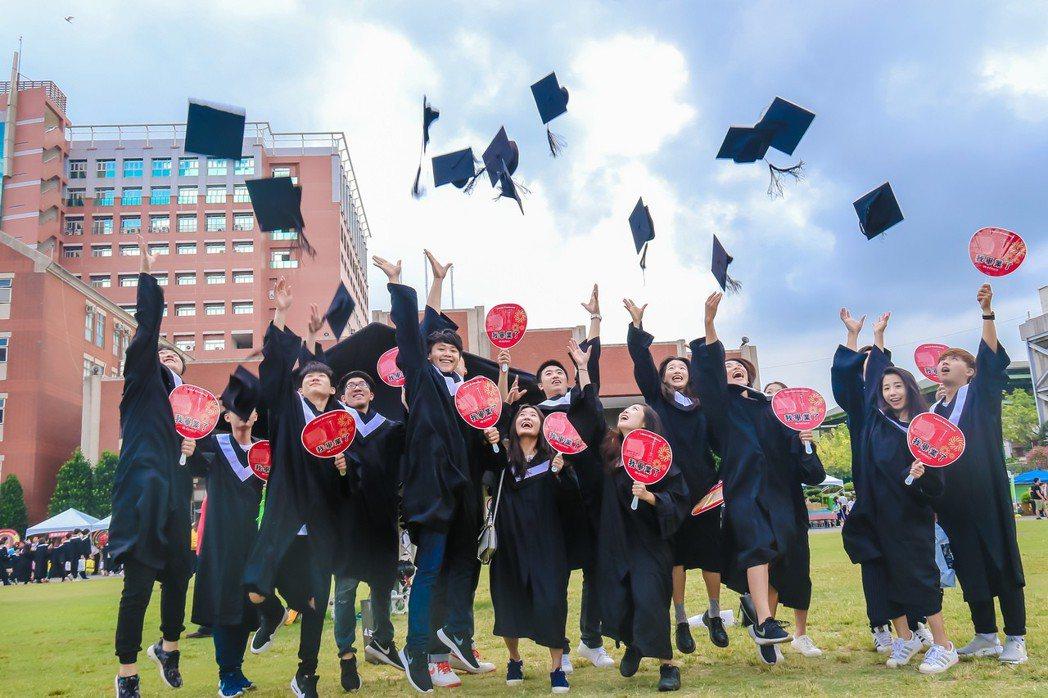 圖為畢業生在典禮結束向空中拋出學士帽,迎向新旅程。 圖/聯合報系資料照片