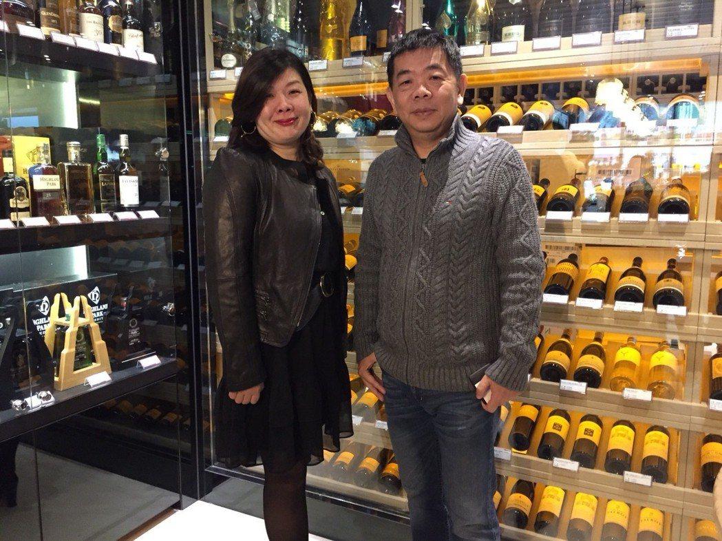 買酒網總經理黃志豐(右)、武超慈,共同看好品牌零售市場。蘇璽文/攝影