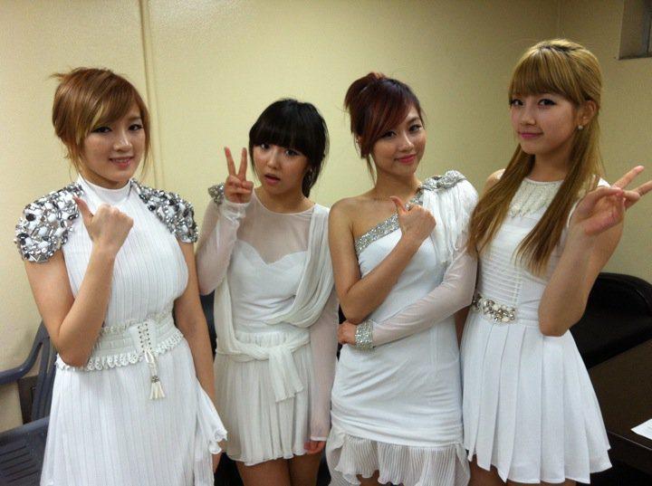 秀智(右)和其他Miss A成員。圖/擷自facebook