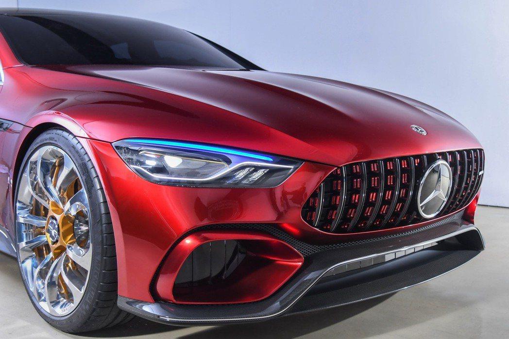Mercedes-AMG GT Concept延續GT家族視覺設計,首度應用「奈米主動式光纖科技」於前衛頭燈造型中。 圖/台灣賓士提供