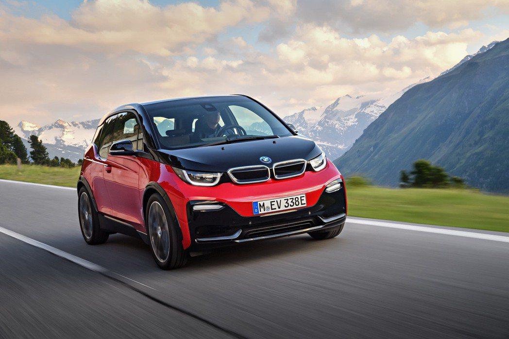 全新BMW i3s以黑色高光澤材質裝飾於銀色雙腎形水箱護罩內外邊框,以及前保桿上的U型造型線條,塑造銳利、運動化的視覺印象。 圖/汎德提供