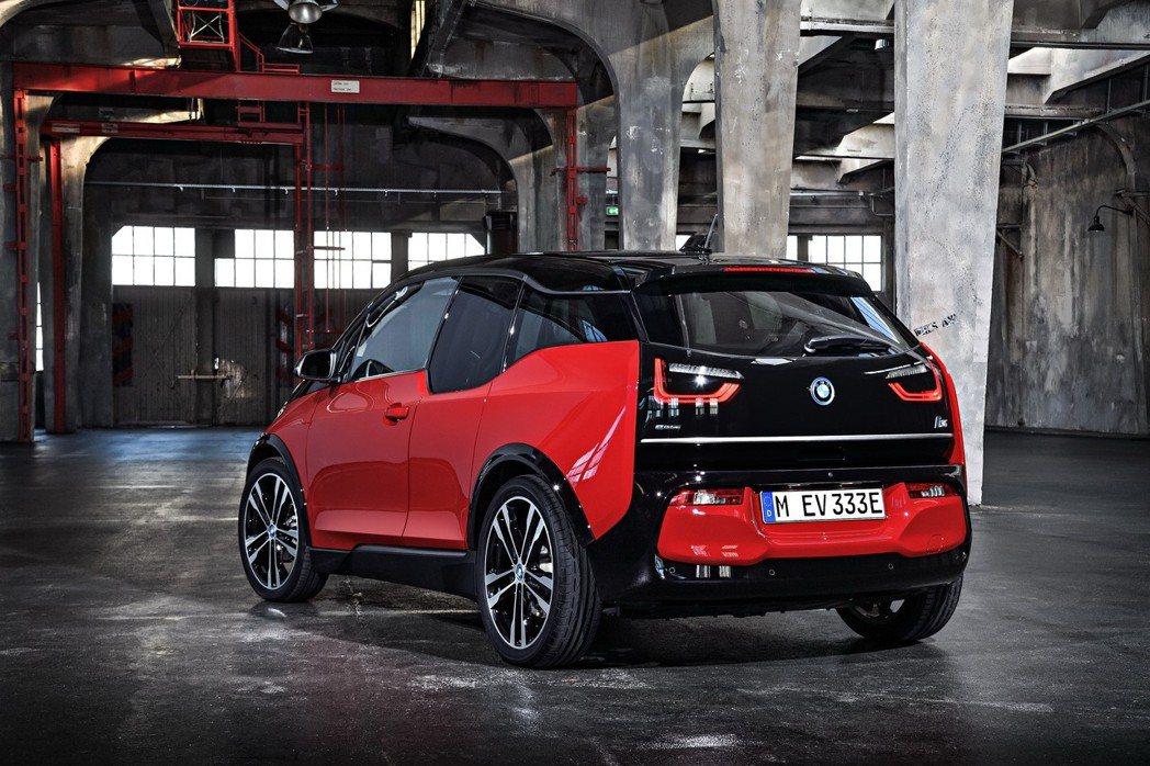 BMW i3s輪拱造型呼應車頭,同樣採用黑色高光澤處理,標備加寬20mm的20吋專屬輪圈,增添濃厚的性能氛圍。 圖/BMW提供