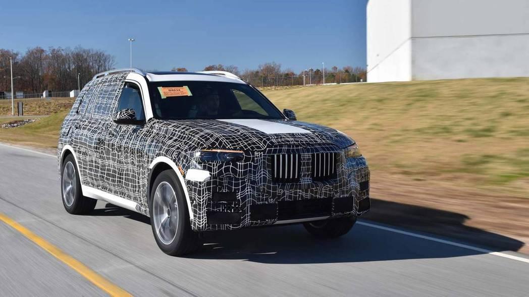 BMW X7第一輛量產版原型車正式展開試車之路。 摘自BMW