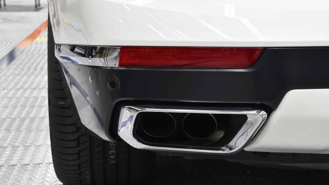 鍍鉻方形尾管。 摘自BMW