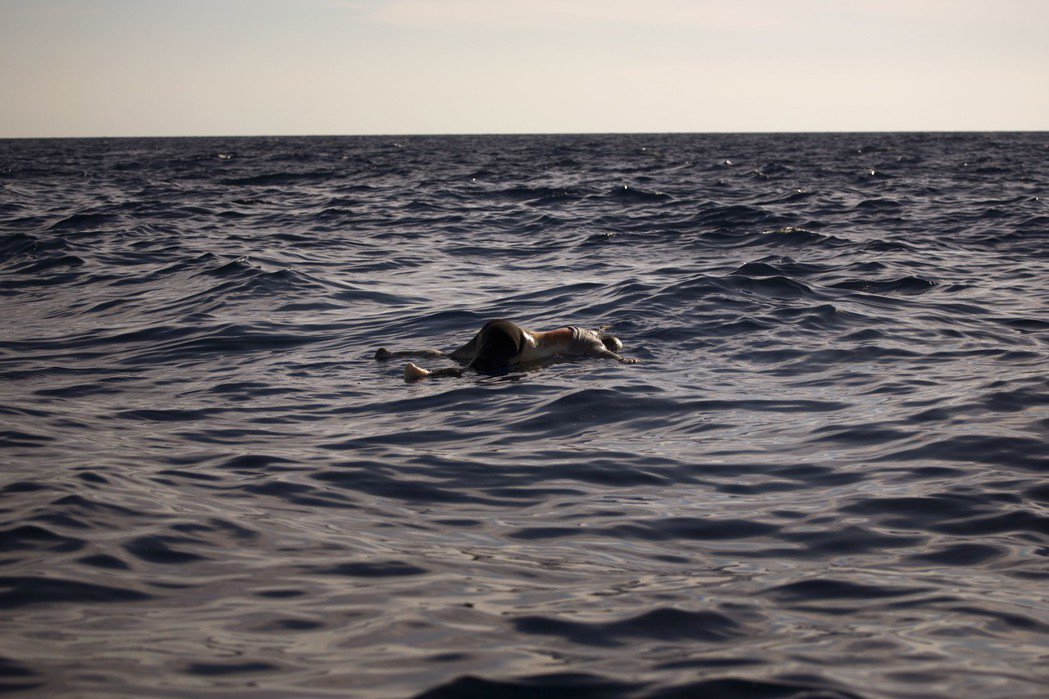 死在地中海上的人們:在連續3年的疲勞轟炸後,地中海的難民危機,是有所改善?還是更...