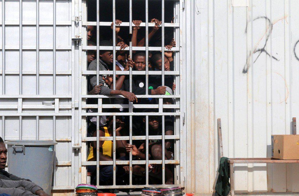 賣身:目前在利比亞的數十間滯留營內,仍至少有2萬人被民兵囚禁,並在聯合國與歐盟的...