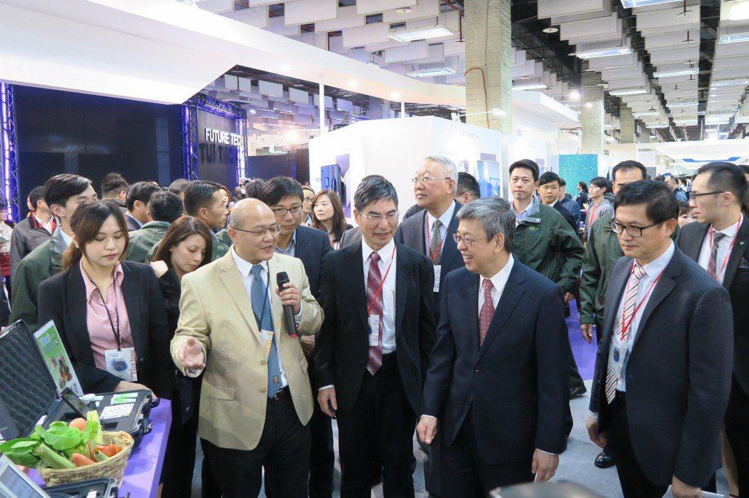 在科技部部長陳良基(中)特陪同副總統陳建仁了解此次展出內容。 彭子豪/攝影