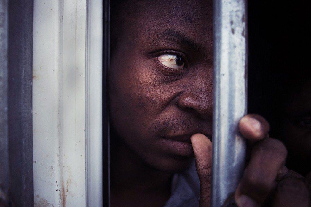 人肉市場:面對日漸緊縮的海上管制,往來兩岸的人蛇集團,卻也在利比亞發展出駭人的獲...