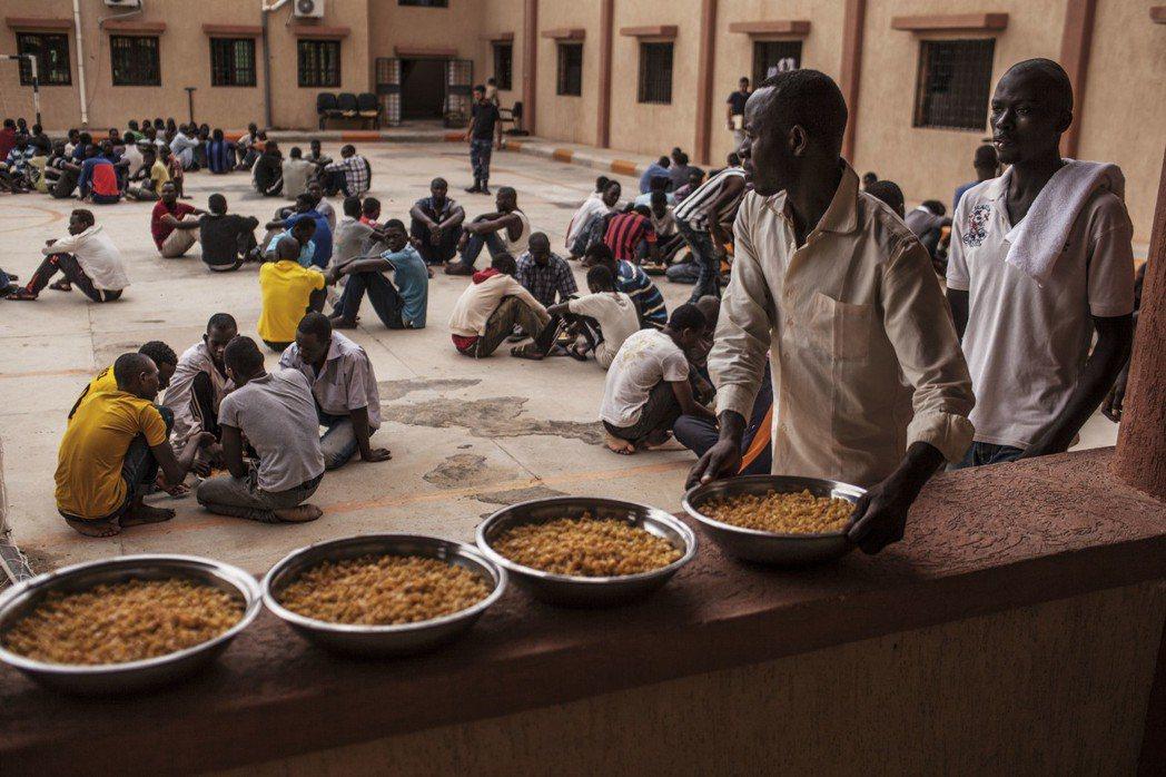 利比亞的滯留營:被送入滯留營的偷渡者,還得先繳納一筆罰金,才能進入遣返程序。...