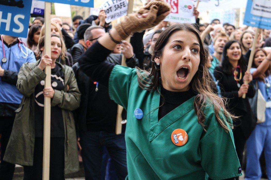 去年英國醫生數度大罷工,從薪資到人才訓練不足,英國大眾對政府的耐心,正一點一滴瓦...