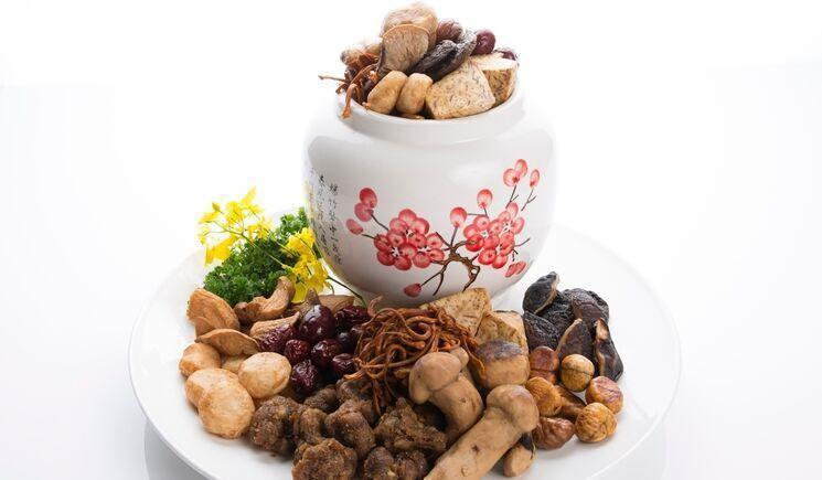 單價1250元附甕的一品松茸佛跳牆也在本次外帶年菜中。 養心茶樓/提供