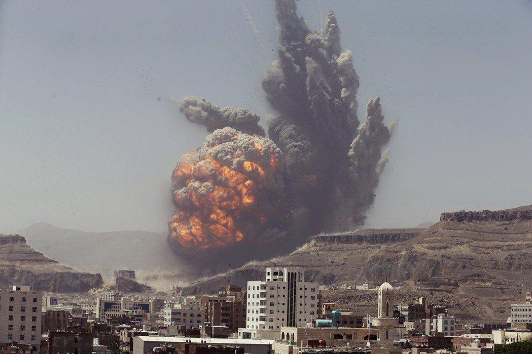 戰火無情:在葉門內戰中,沙烏地空軍不僅會空襲橋梁、道路、港口設備等基礎建設,就連...