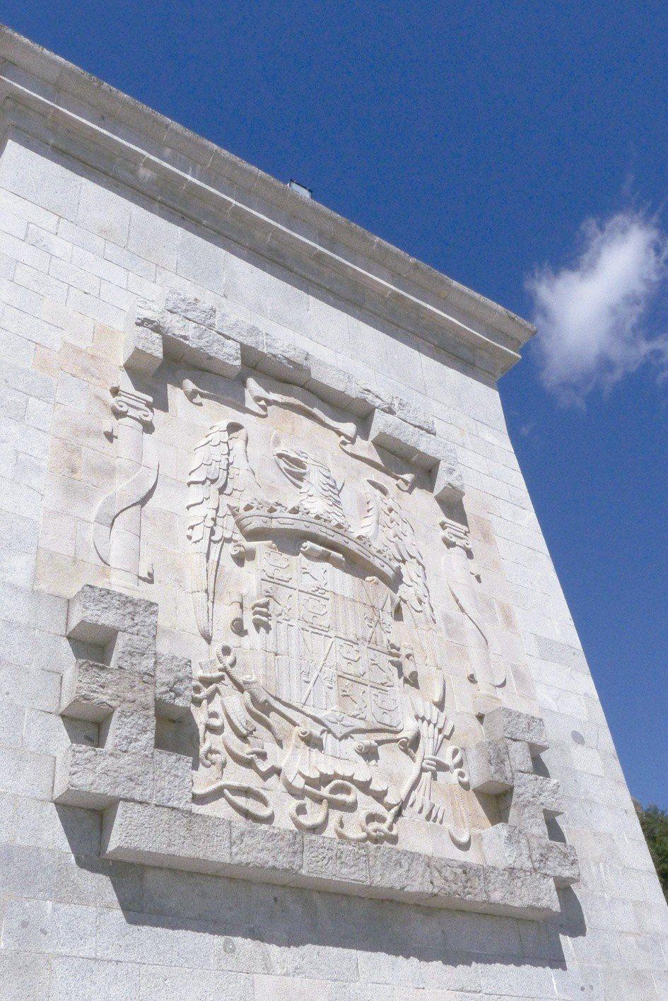 烈士谷修道院左右兩側聳立著西班牙獨裁時期的老鷹圖騰國徽。