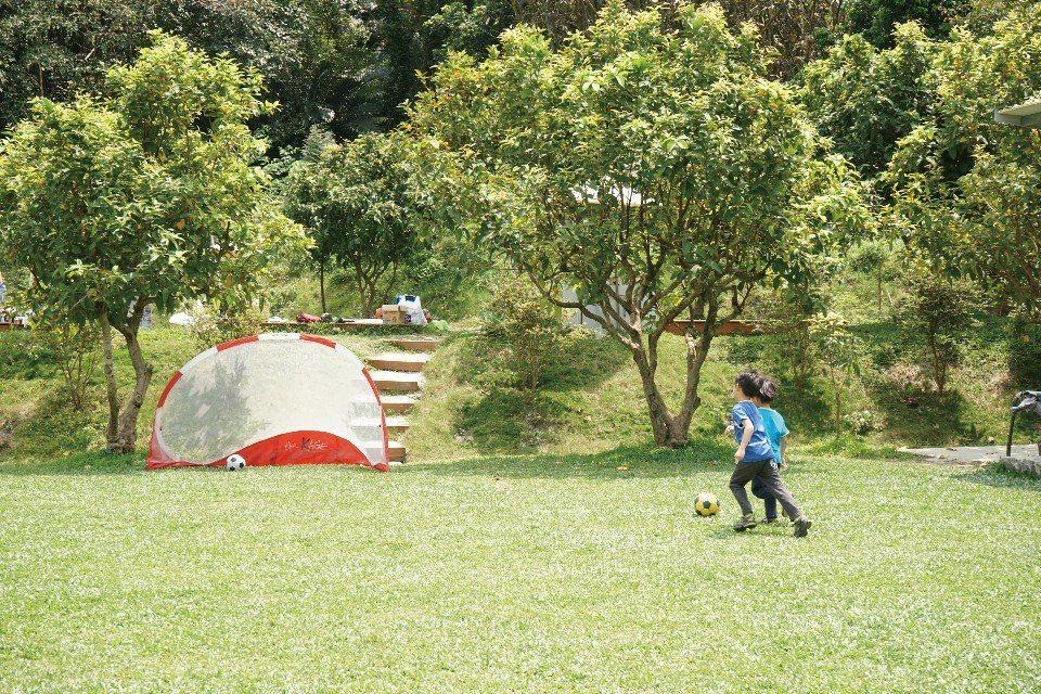 透過戶外露營,可以讓孩子與大自然更親近。(圖片來源/《劉太太和你露營趣》)