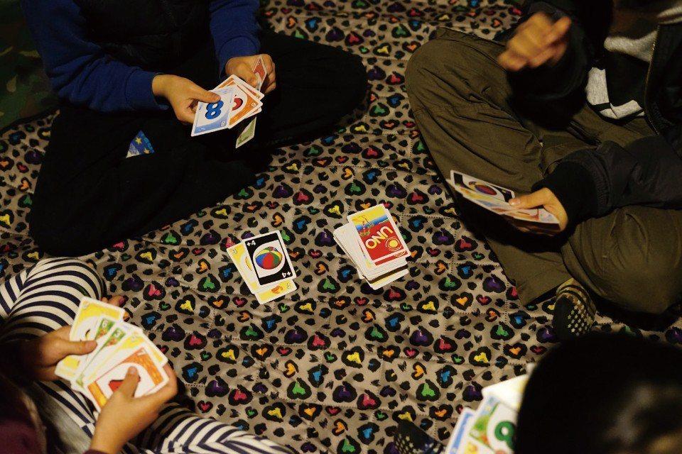 益智又刺激的UNO牌。(圖片來源/《劉太太和你露營趣》)