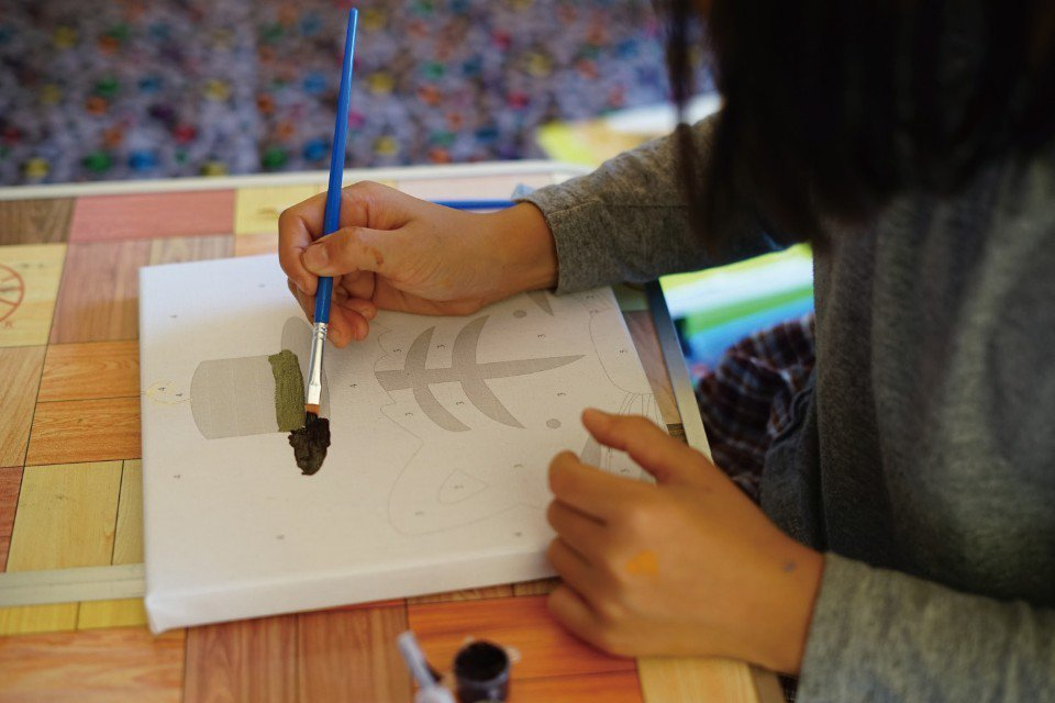 發揮創意畫水彩。(圖片來源/《劉太太和你露營趣》)