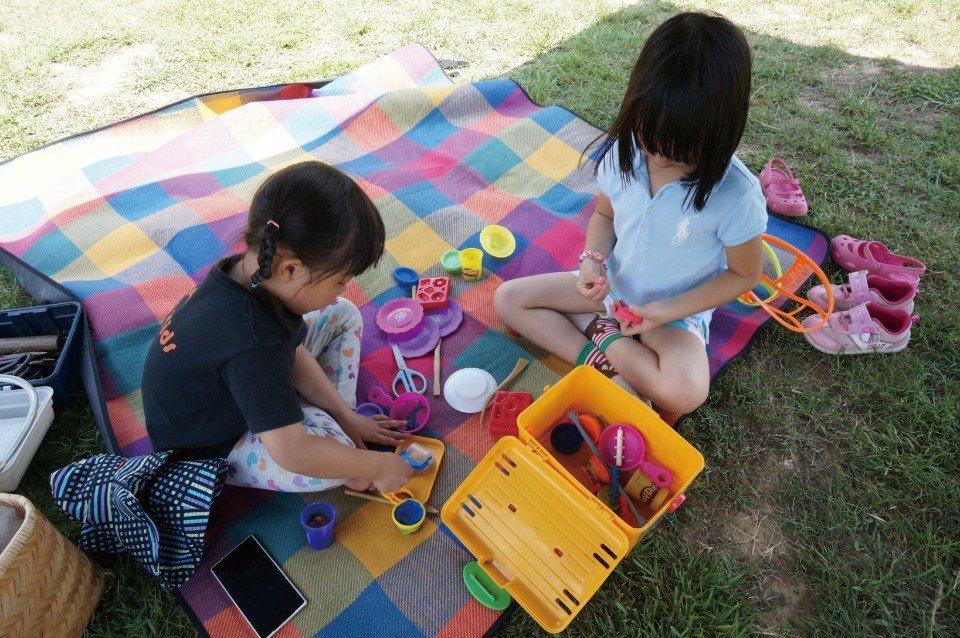 鋪上野餐墊,孩子就能玩黏土了!(圖片來源/《劉太太和你露營趣》)