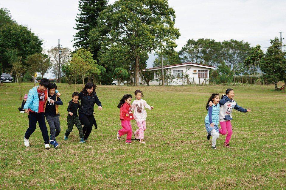 草地上的運動會,在歡笑聲中展開。(圖片來源/《劉太太和你露營趣》)