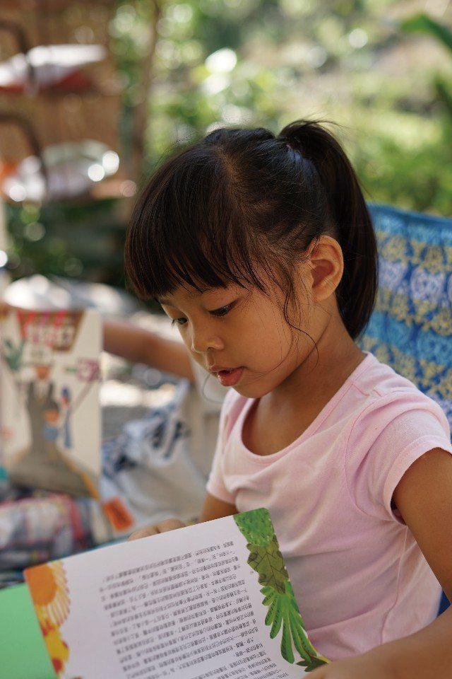 大自然中的閱讀時光,是彌足珍貴的童年回憶。(圖片來源/《劉太太和你露營趣》)