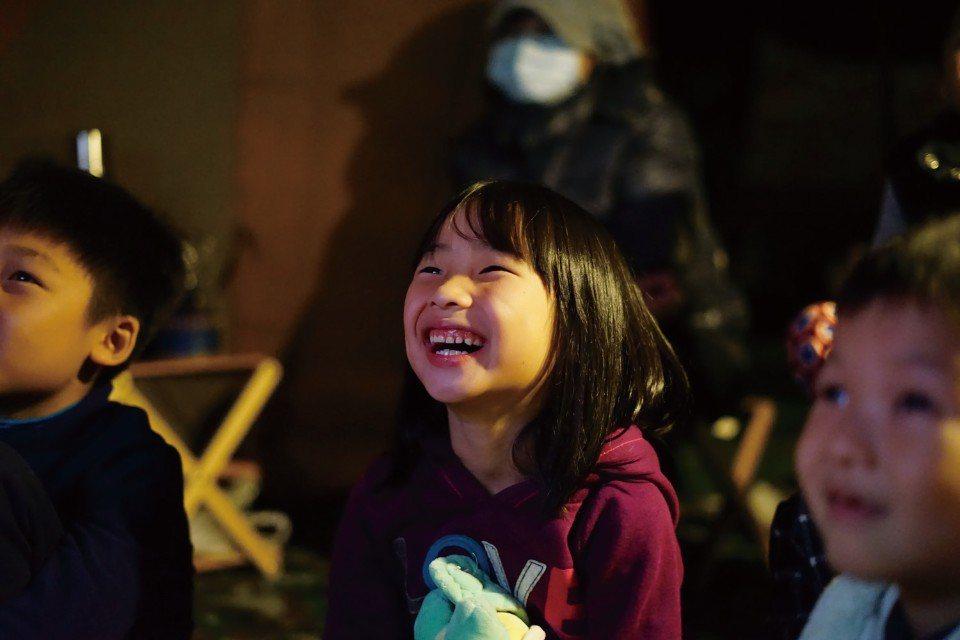 捕捉到孩子們的歡樂笑顏。(圖片來源/《劉太太和你露營趣》)