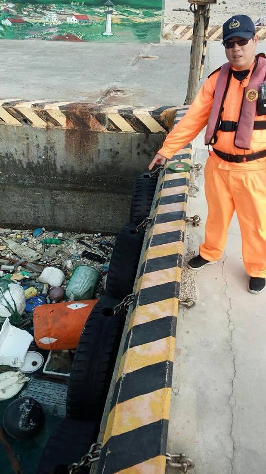 港口海面漂浮大量垃圾。圖/翻攝自南部地區巡防局第七海岸巡防總隊臉書專頁