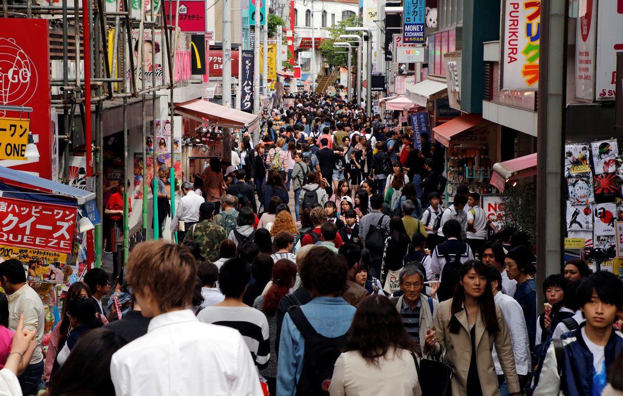 因所得環境好轉,消費者信心也不差,因此零售銷售表現不弱。(圖/路透)