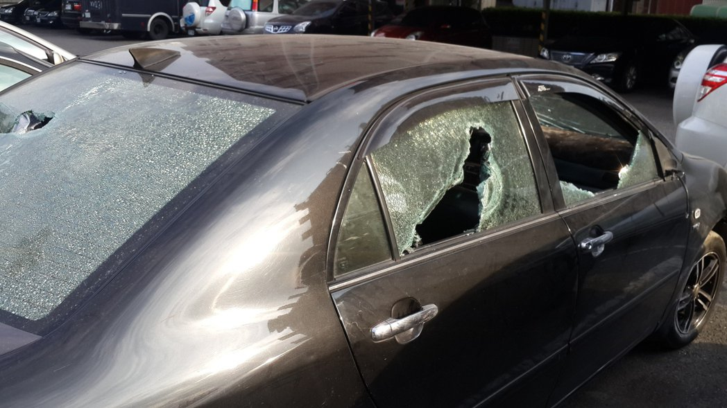高雄市通安橋發生一輛黑色轎車被砸槍擊。記者黃宣翰/攝影
