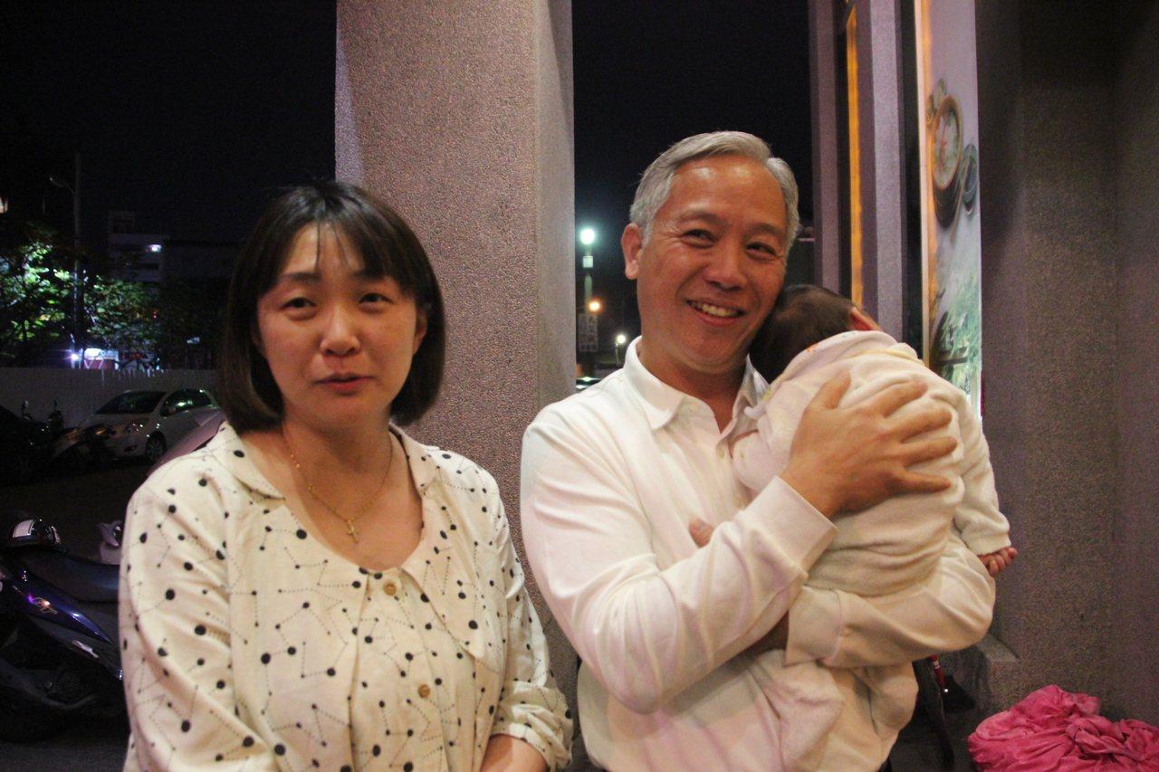 員榮醫院藥劑科主任聶幼安(左)和藥師丈夫陳生明(右)生了6個小孩,聶幼安說因為丈...