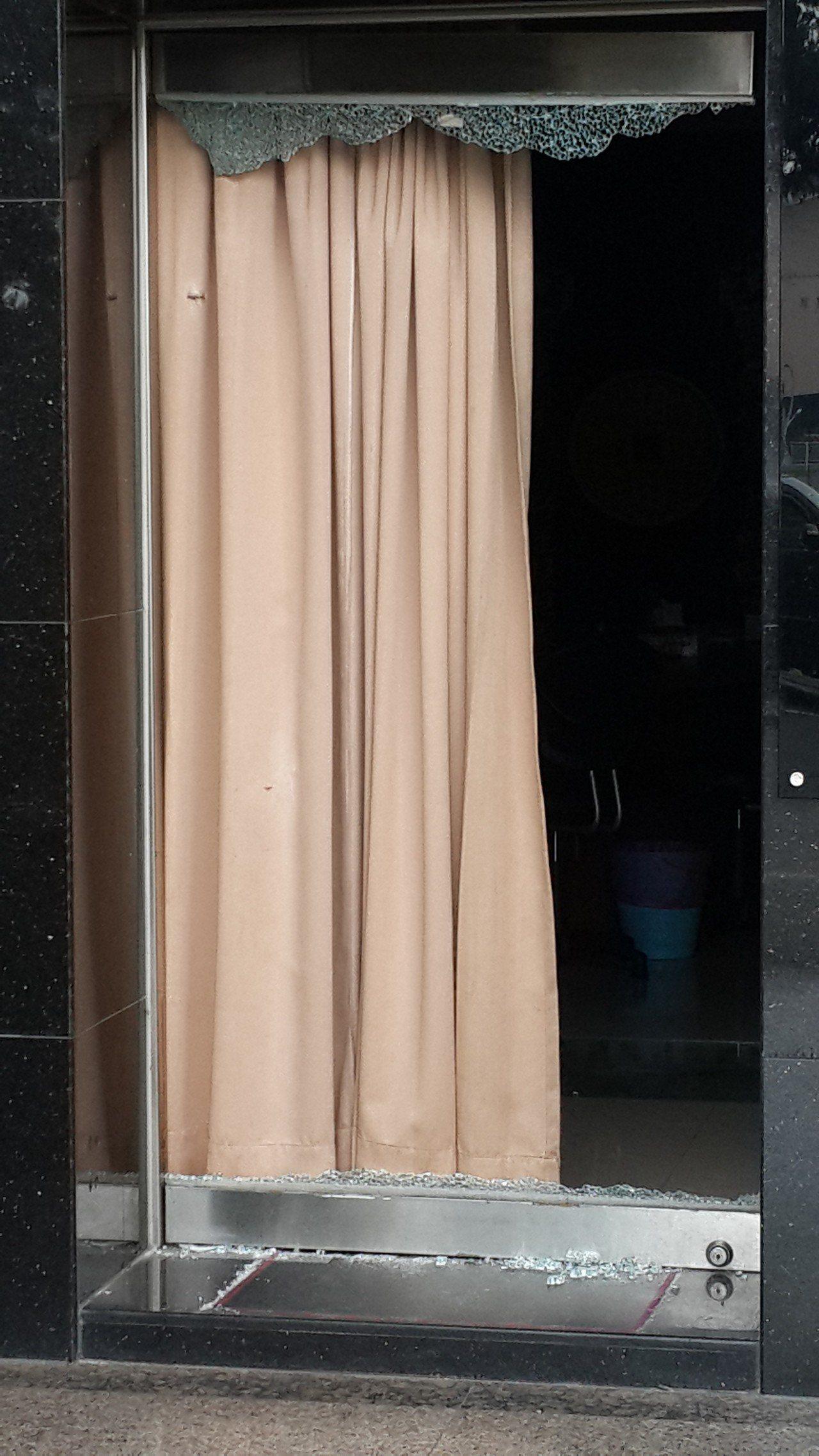 高雄市楠梓區一家建設公司大門遭槍擊,大門玻璃全部碎裂。記者黃宣翰/攝影