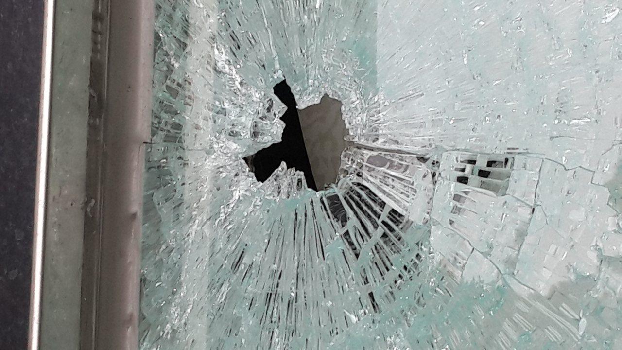 高雄市楠梓區一家建設公司大門遭槍擊,留有明顯彈孔。記者黃宣翰/攝影