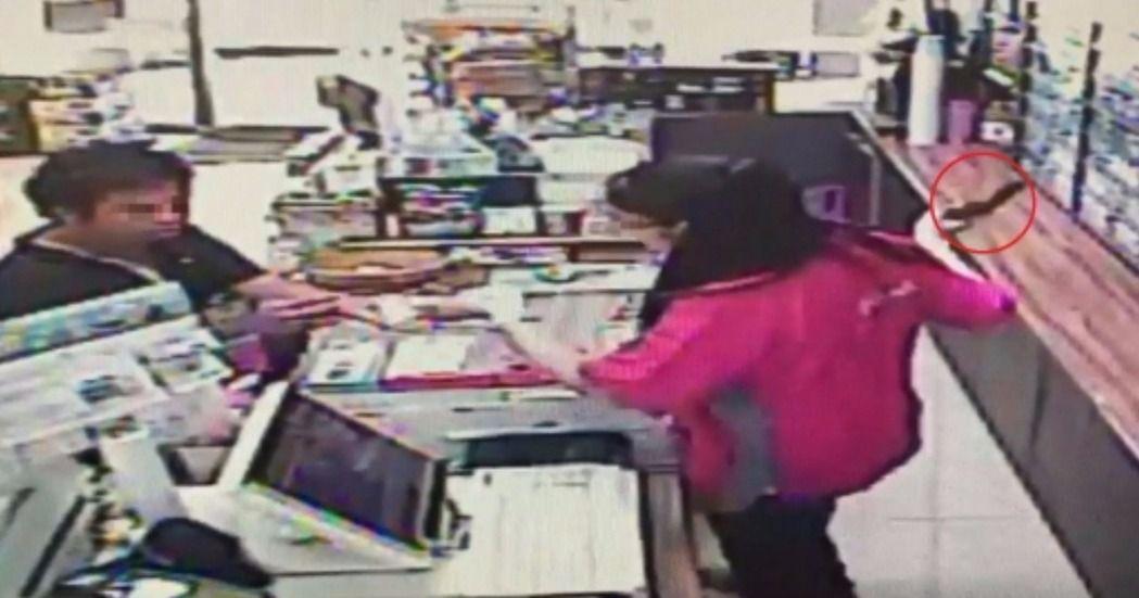 陳姓女店員(右)左手拿著錢假裝交付,右手再迅速搶下謝姓搶匪(左)的玩具手槍,過程...