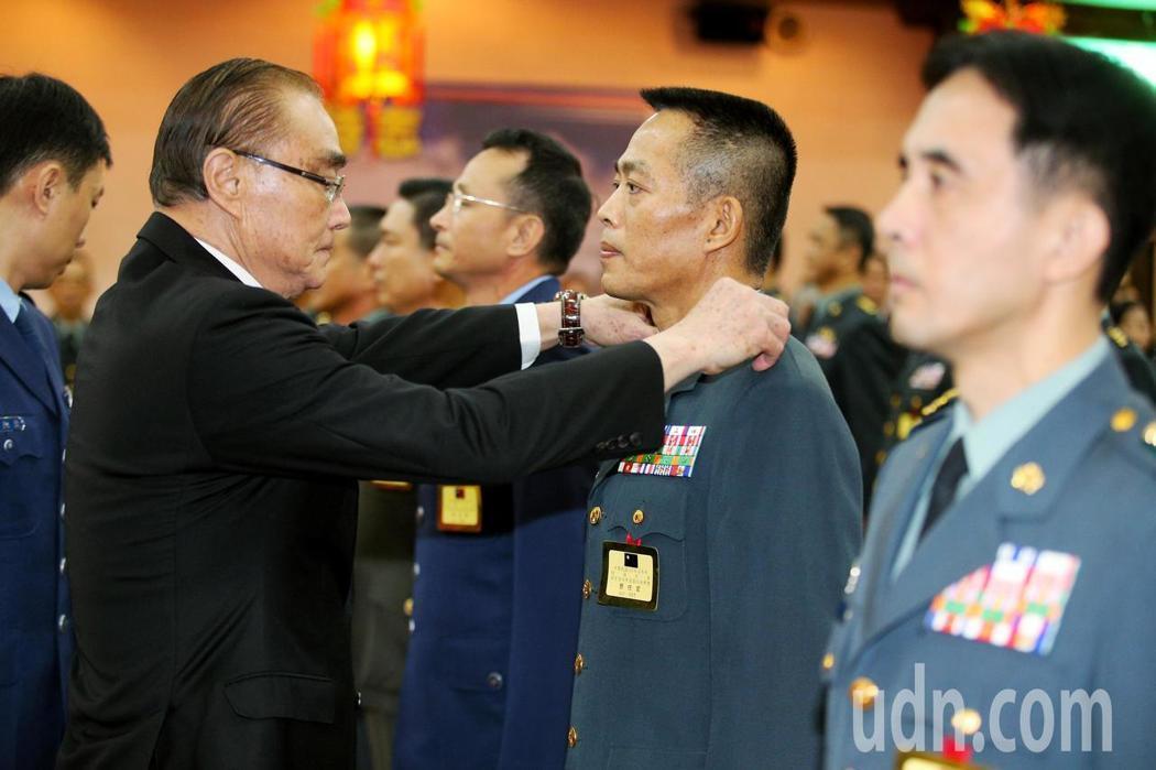 國軍107年度上半年將官晉任典禮上午舉行,國防部長馮世寬(左)為眾晉升將官授階。...
