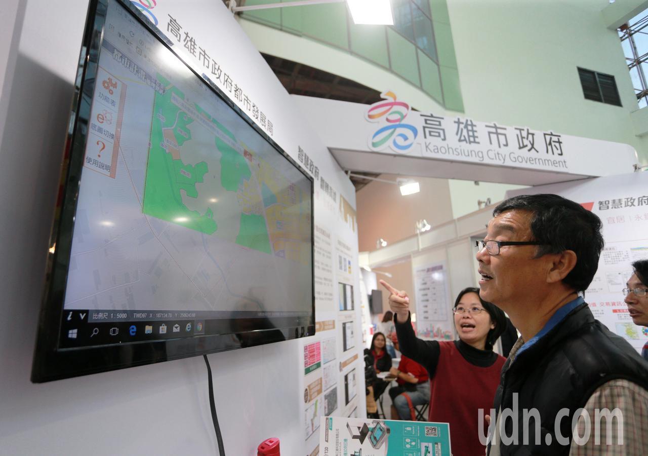 106年資訊月高雄市政府主題館呈現全國首創的「高雄城市資料平台」,今天開幕展出就...
