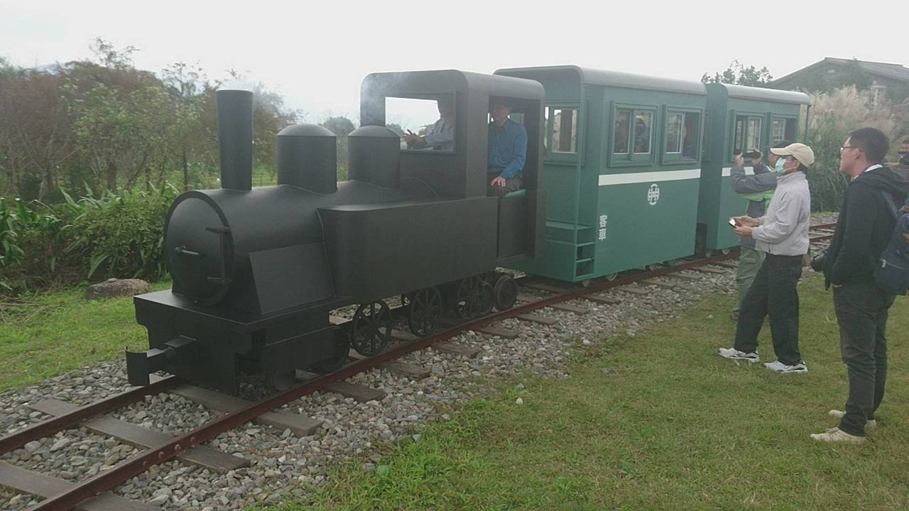 宜蘭縣三星鄉公所打造複刻版的太平山森林小火車,今天成功在天送埤車站上路,載著首批...