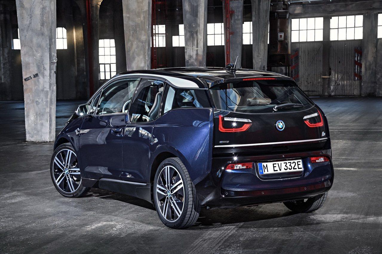 全新BMW i3、BMW i3s尾門下緣勾勒的銀色飾條設計塑造車尾更加寬闊的自信...