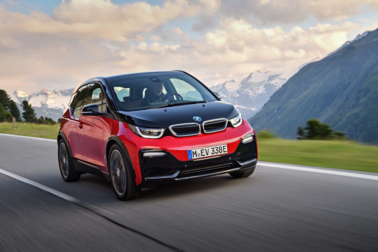 全新BMW i3s以黑色高光澤材質裝飾於銀色雙腎形水箱護罩內外邊框,以及前保桿上...