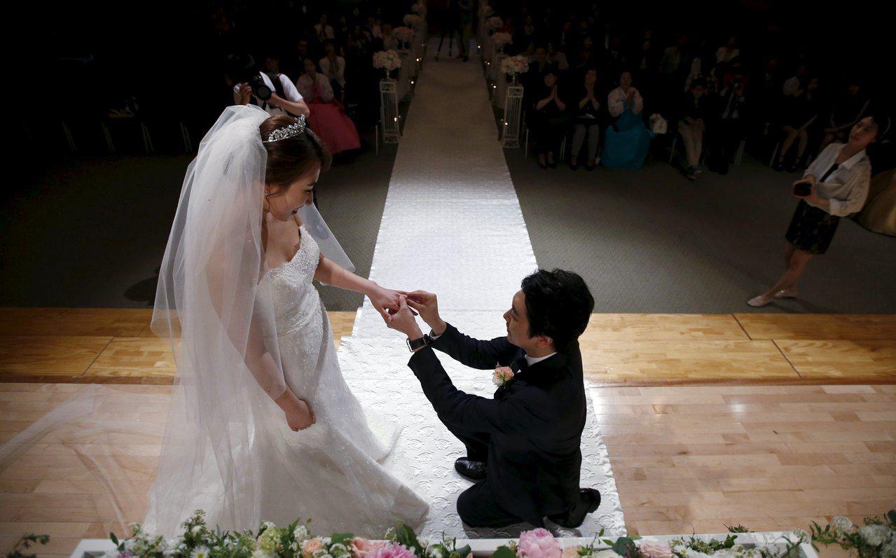 首爾簡易婚禮畫面。路透